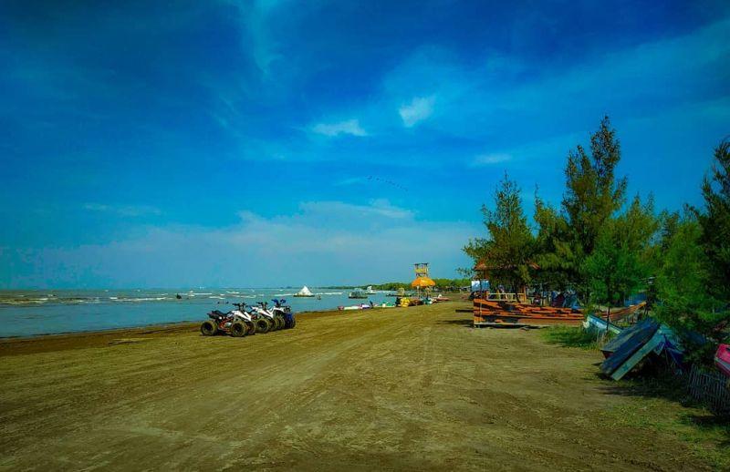 https: img.okezone.com content 2021 03 24 408 2383108 wisata-pantai-karangsong-suci-traveler-bisa-berkelilng-hutan-mangrove-yang-indah-7cW7hFZeFa.jpg