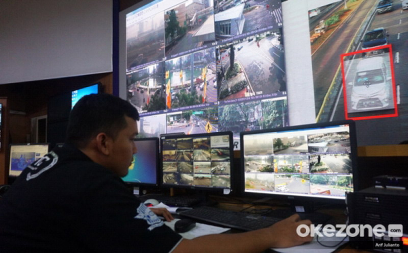 https: img.okezone.com content 2021 03 24 525 2383352 5-000-pelanggar-lalu-lintas-di-bandung-terciduk-kamera-e-tle-U3UhipoHV2.jpg