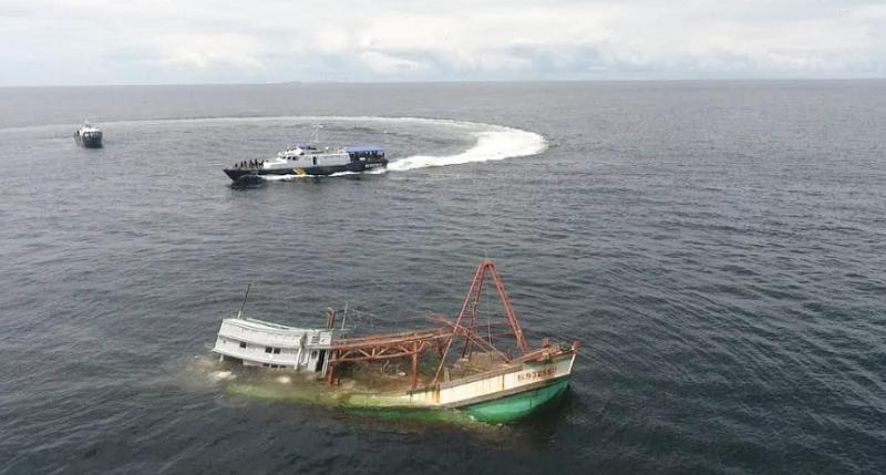 https: img.okezone.com content 2021 03 25 320 2384163 mencuri-ikan-ri-musnahkan-4-kapal-berbendera-vietnam-MciGk1rHjA.png