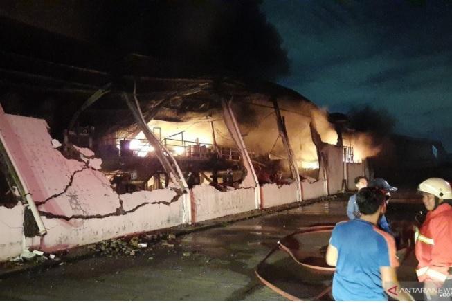 https: img.okezone.com content 2021 03 25 338 2383605 tiga-gedung-pabrik-cat-di-tangerang-terbakar-terdengar-suara-ledakan-TYer5ff1oc.jpg