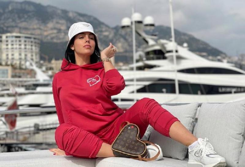 https: img.okezone.com content 2021 03 25 51 2383609 pakai-jersey-timnas-cantik-mana-antonela-roccuzzo-atau-georgina-rodriguez-gueCo0SyeR.jpg