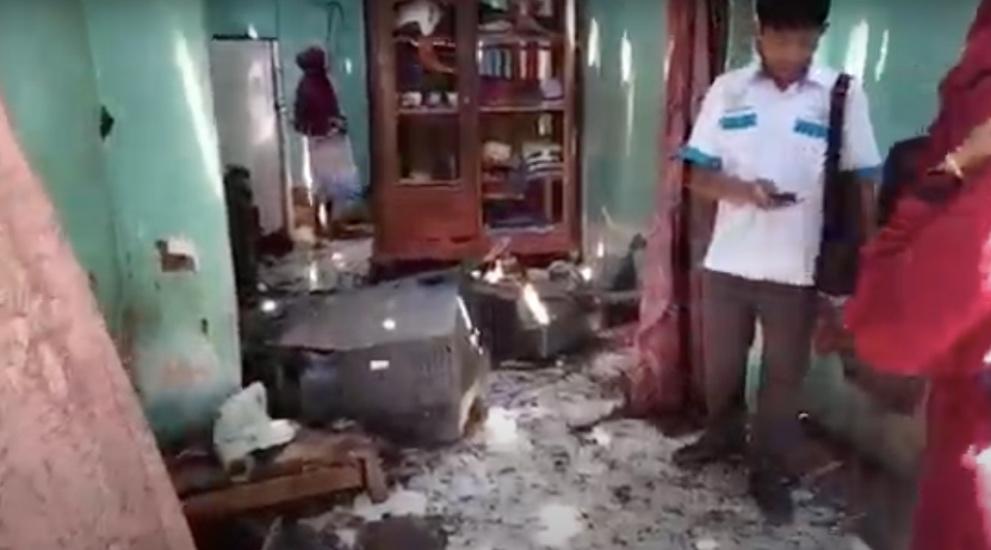 https: img.okezone.com content 2021 03 25 519 2383976 menonton-tv-saat-hujan-rumah-warga-probolinggo-hancur-disambar-petir-0vur0CZc1W.jpg