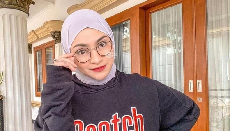 https: img.okezone.com content 2021 03 26 194 2384595 4-gaya-hijab-ala-nathalie-holscher-istri-sule-simpel-dan-modis-uf5X26seFm.jpg