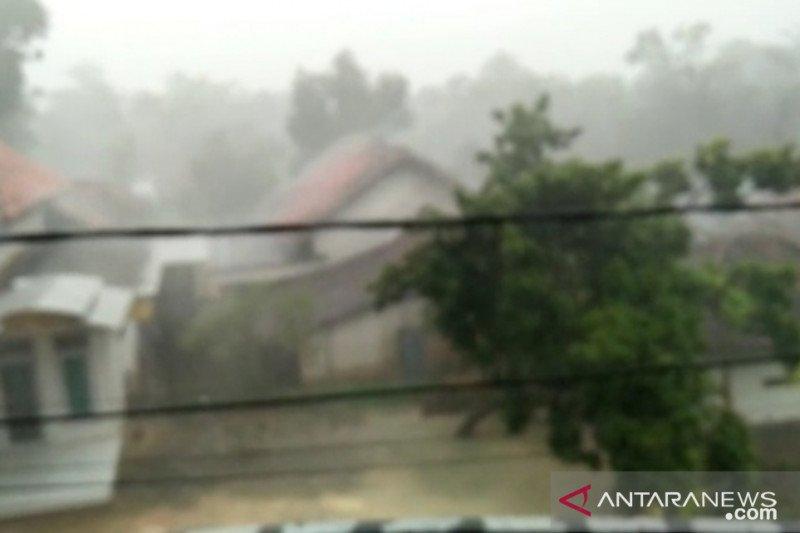 https: img.okezone.com content 2021 03 26 337 2384289 hujan-lebat-disertai-angin-berpotensi-terjadi-di-pulau-jawa-zD520ve9ul.jpeg
