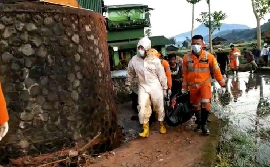 https: img.okezone.com content 2021 03 26 525 2384425 tim-sar-temukan-korban-meninggal-akibat-banjir-longsor-di-sumedang-FeATruJd7Q.jpg