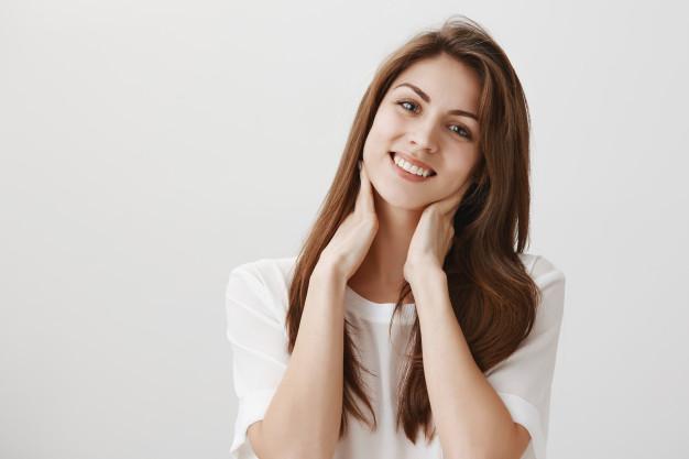 https: img.okezone.com content 2021 03 26 611 2384397 beautypedia-ketahui-penyebab-leher-gelap-dan-cara-mencerahkannya-twNlU7r18e.jpg