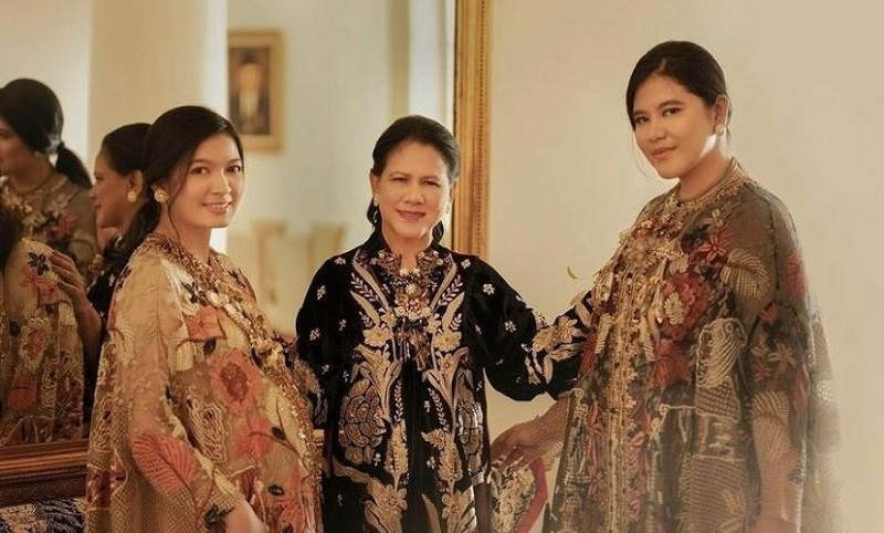 https: img.okezone.com content 2021 03 27 194 2384961 5-potret-anggun-menantu-presiden-jokowi-selvi-ananda-berkebaya-hingga-batik-E70102AHZf.jpg