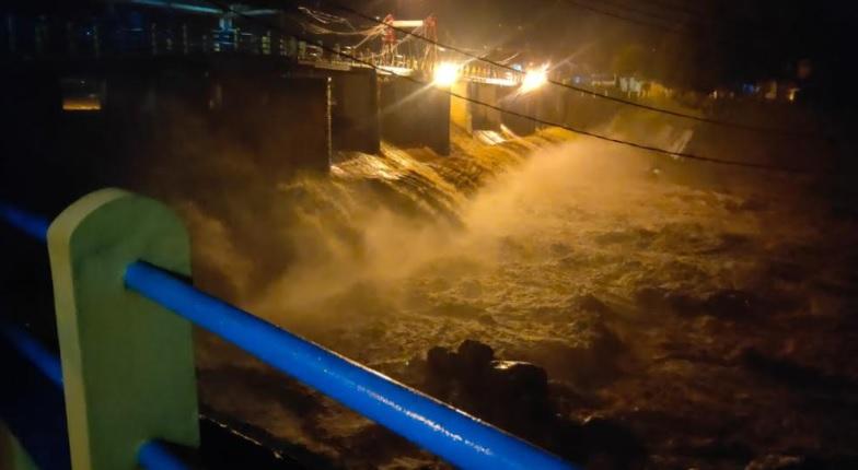 https: img.okezone.com content 2021 03 27 338 2385137 waspada-jakarta-banjir-puncak-bogor-diguyur-hujan-deras-4BIP3DTpe6.jpg