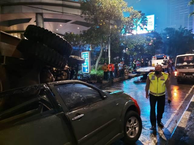 https: img.okezone.com content 2021 03 27 338 2385197 polisi-evakuasi-mobil-dinas-tni-yang-ringsek-tertimpa-truk-di-tanah-abang-QQ9LIIdi3O.jfif