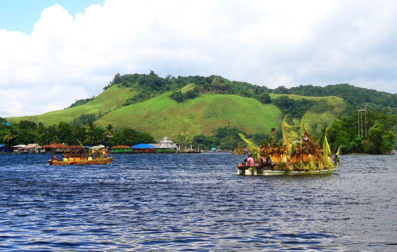 https: img.okezone.com content 2021 03 27 408 2384957 jelang-pon-papua-2021-pantai-khalkote-danau-sentani-bersolek-TCPGw6ugS1.jpg
