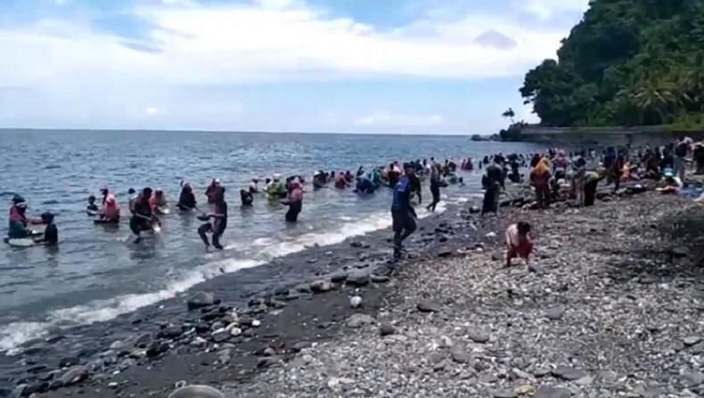 https: img.okezone.com content 2021 03 27 408 2384972 mengintip-pesona-pantai-pohon-batu-yang-viral-karena-butiran-emas-cKAkUSIA1o.jpg