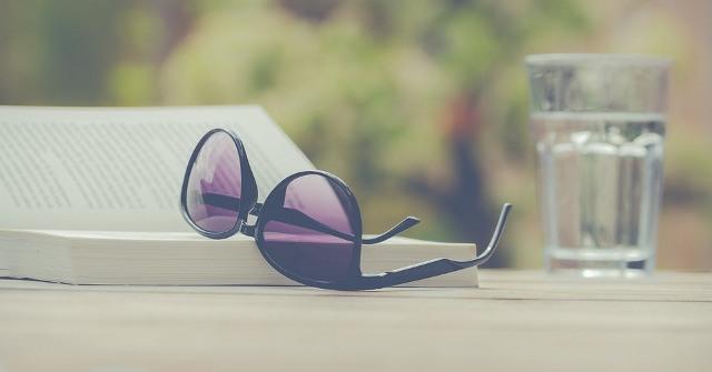 https: img.okezone.com content 2021 03 27 612 2384814 wajib-tahu-deretan-pemahaman-salah-terkait-kacamata-hitam-s3TRBzPQgX.jpg
