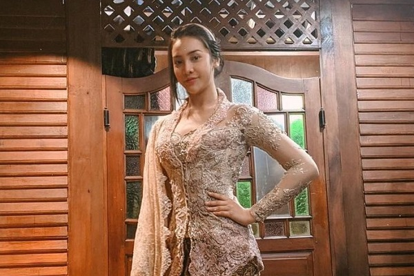 https: img.okezone.com content 2021 03 28 194 2385537 4-model-kebaya-terbaru-ala-selebriti-anya-geraldine-cantik-banget-HzJaRUvFbN.jpg
