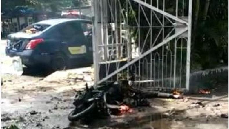 https: img.okezone.com content 2021 03 28 609 2385310 ledakan-bom-di-gereja-katedral-makassar-satu-unit-motor-hangus-terbakar-pVuFrLxOhq.jpg