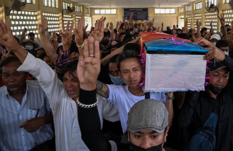 https: img.okezone.com content 2021 03 29 18 2385627 upacara-pemakaman-korban-demo-anti-kudeta-militer-myanmar-lepaskan-tembakan-RtGpN7ifC9.jpg