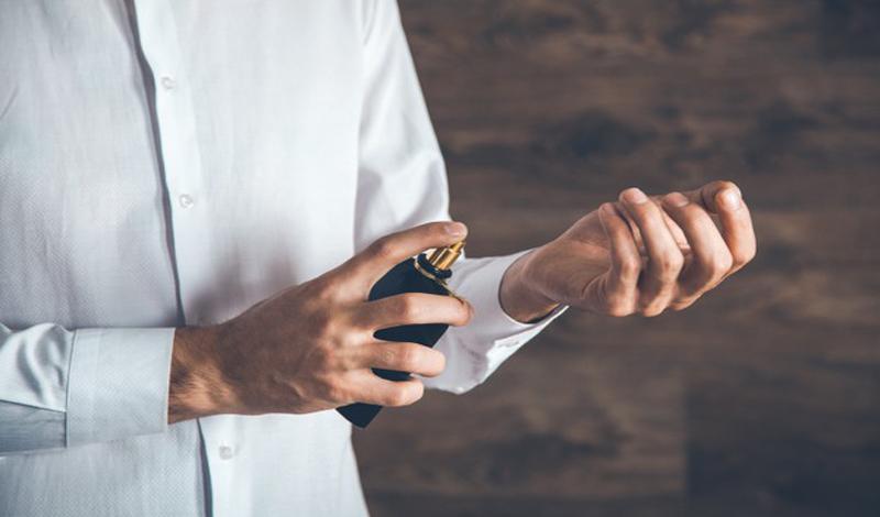 https: img.okezone.com content 2021 03 29 330 2386162 hukum-gunakan-parfum-beralkohol-ulama-sarankan-berhati-hati-F1esliVpTu.jpg