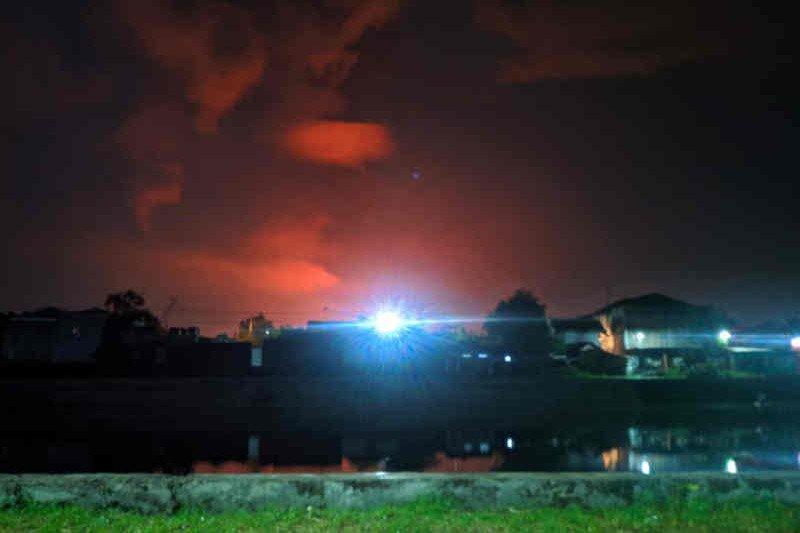 https: img.okezone.com content 2021 03 29 525 2385610 kilang-minyak-pertamina-balongan-terbakar-terlihat-dari-jarak-5-kilometer-otBBmzFb4g.jpg