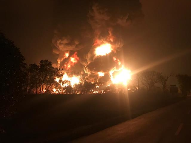 https: img.okezone.com content 2021 03 29 525 2385615 penyebab-terbakarnya-kilang-minyak-pertamina-balongan-diduga-tersambar-petir-r63ZIINyqv.jfif