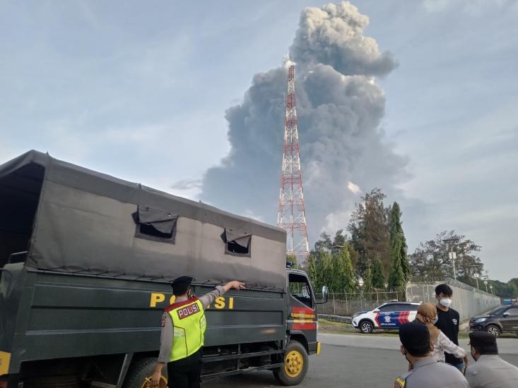 https: img.okezone.com content 2021 03 29 525 2385651 begini-penampakan-kebakaran-hebat-kilang-minyak-balongan-asap-tebal-membumbung-tinggi-jRpZziuksP.jpg