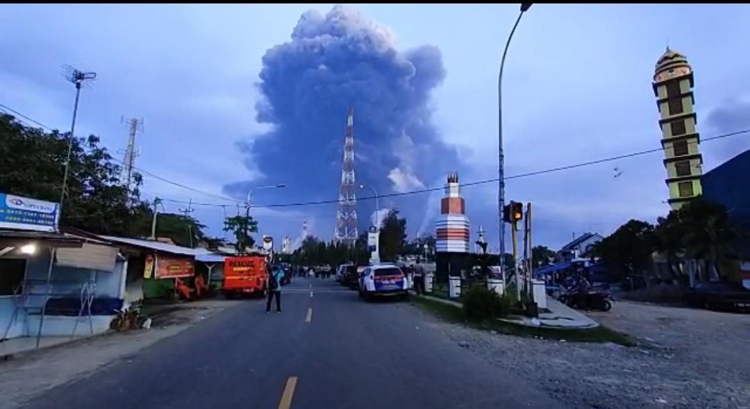 https: img.okezone.com content 2021 03 29 525 2385658 kebakaran-kilang-minyak-balongan-suara-ledakan-hingga-radius-20-km-9RW3XQpKed.jpeg