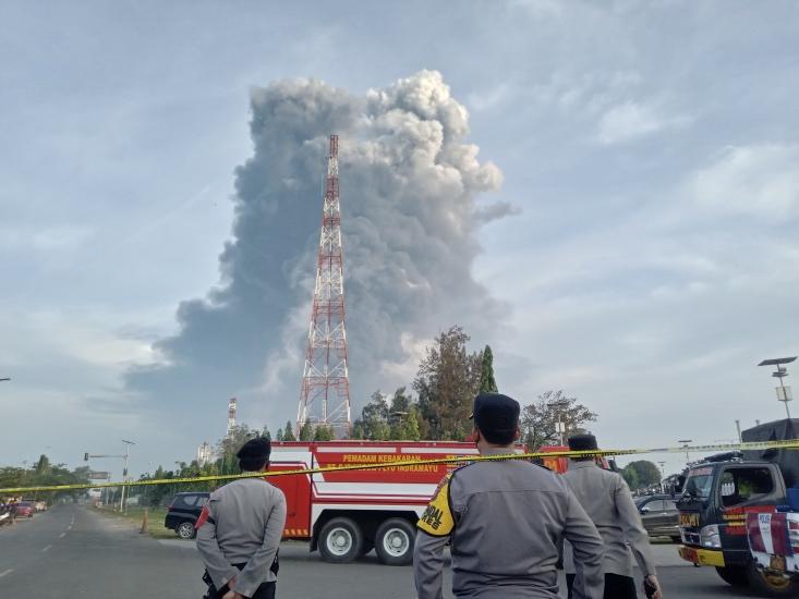 https: img.okezone.com content 2021 03 29 525 2385749 ini-gambaran-detik-detik-dahsyatnya-kebakaran-kilang-minyak-pertamina-balongan-r4voiLmWnJ.jpg