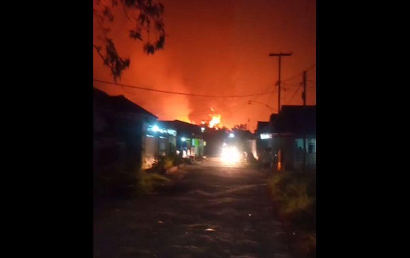 https: img.okezone.com content 2021 03 29 525 2385784 912-jiwa-diungsikan-di-3-titik-imbas-kebakaran-kilang-minyak-balongan-SAdGVpSdzY.jpg
