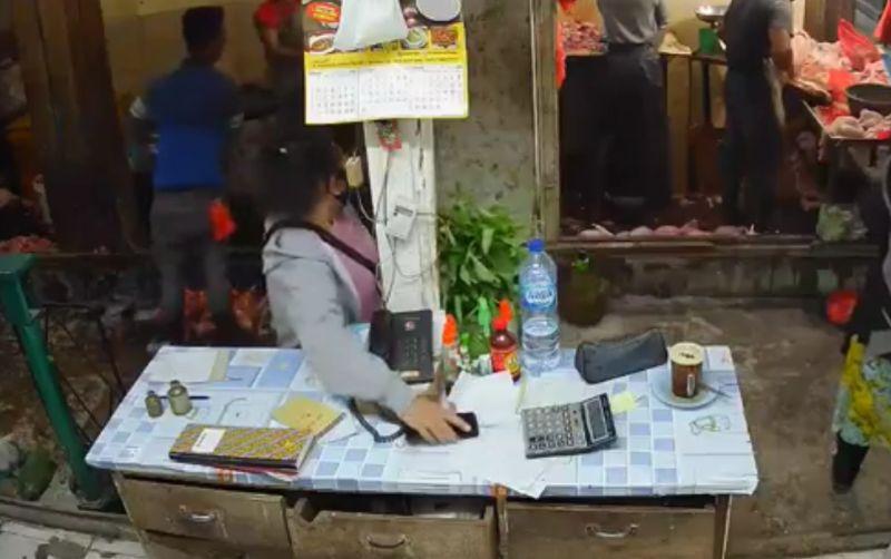 https: img.okezone.com content 2021 03 29 608 2385908 viral-perempuan-paruh-baya-nekat-curi-handphone-di-pasar-horas-bKXnNjqHAy.jpg