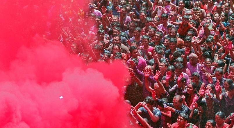 https: img.okezone.com content 2021 03 30 18 2386219 india-rayakan-festival-holi-di-tengah-lonjakan-kasus-covid-19-5bgxWLklbM.jpg