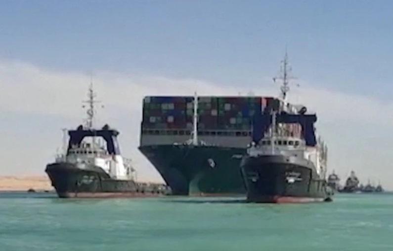 https: img.okezone.com content 2021 03 30 18 2386225 kapal-kontainer-raksasa-yang-blokir-terusan-suez-berhasil-bergerak-kembali-aEJfDfrsij.jpg