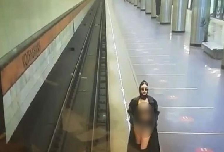 https: img.okezone.com content 2021 03 30 18 2386380 wow-wanita-ini-lakukan-tarian-striptis-dan-pamerkan-pakaian-dalam-di-stasiun-kereta-api-X62yTpfSoB.jpg