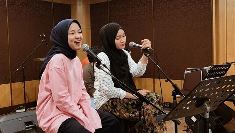 https: img.okezone.com content 2021 03 30 194 2386309 inspirasi-4-gaya-hijab-nissa-sabyan-kasual-dan-kekinian-Xm9kUDrBj1.jpg