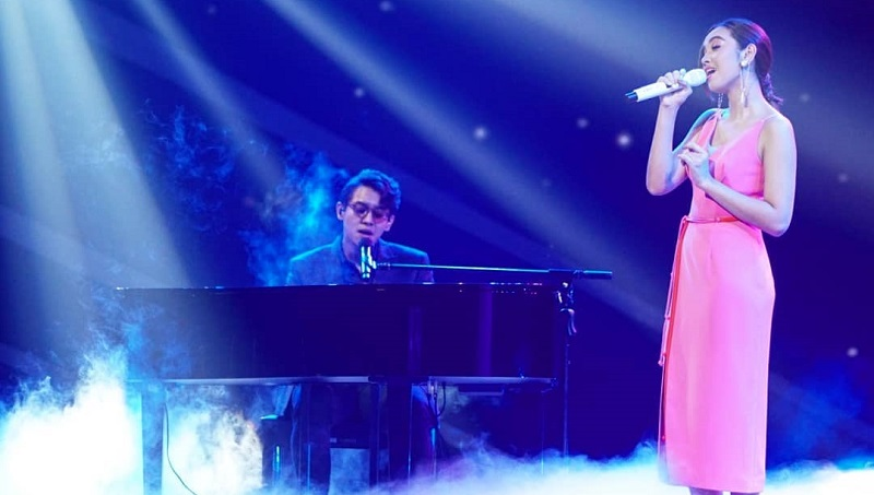 https: img.okezone.com content 2021 03 30 194 2386439 gaya-penampilan-ardhito-pramono-duet-bareng-lyodra-dan-tiara-andini-di-indonesian-idol-FCf46avCKe.jpg