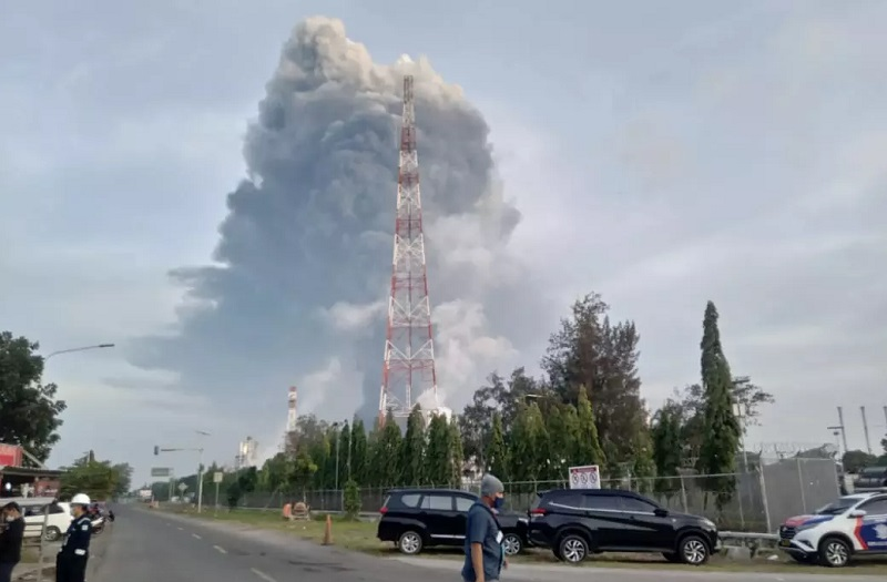 https: img.okezone.com content 2021 03 30 320 2386592 kebakaran-kilang-minyak-balongan-penyaluran-gas-10-mmscfd-terhenti-w3iie7EKQ8.jpg
