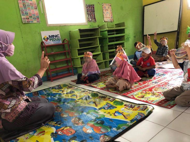 https: img.okezone.com content 2021 03 30 338 2386578 mnc-peduli-hibur-anak-anak-di-kampung-ciletuh-dengan-dongeng-dan-bernyanyi-q5dfKSXmjc.jpg