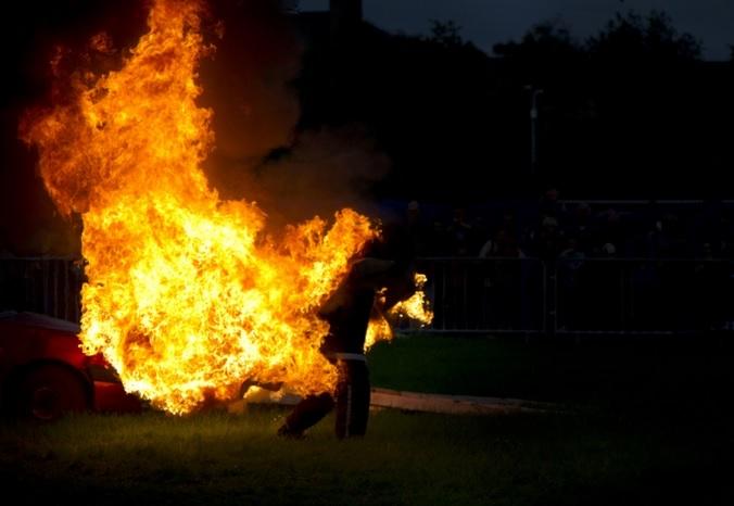 https: img.okezone.com content 2021 03 30 338 2386678 usai-pulang-kerja-pria-ini-dibakar-hidup-hidup-di-depan-istrinya-78TuvDx304.jpg