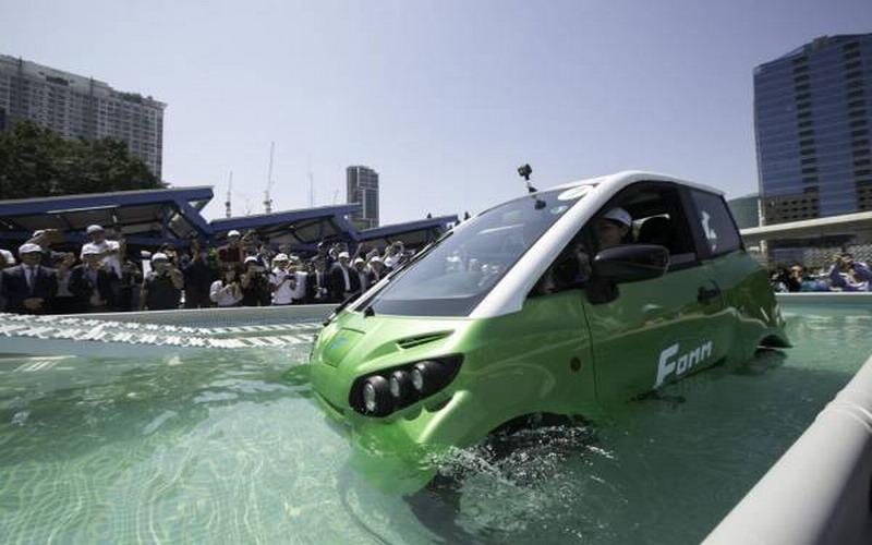 https: img.okezone.com content 2021 03 30 52 2386745 keren-mobil-listrik-ini-jago-berenang-dan-berani-terabas-banjir-FUb8OtY5LZ.jpg