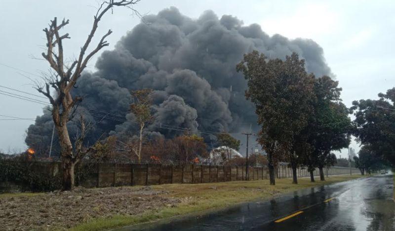 https: img.okezone.com content 2021 03 30 525 2386665 petugas-terus-berjibaku-padamkan-kebakaran-kilang-minyak-balongan-W7XeBQcJQU.jpg