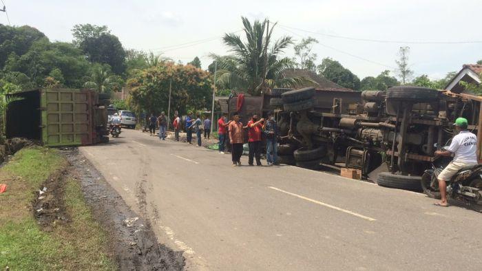 https: img.okezone.com content 2021 03 30 610 2386799 sedang-lihat-evakuasi-kecelakaan-pria-ini-malah-tewas-tertimpa-truk-k53B16qoFX.jpg