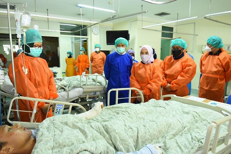 https: img.okezone.com content 2021 03 31 1 2387142 pastikan-layanan-medis-terbaik-dirut-pertamina-temui-pasien-terdampak-insiden-tanki-balongan-y6QSu4IlF7.jpg