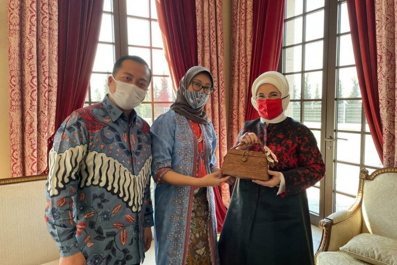 https: img.okezone.com content 2021 03 31 18 2387276 ibu-negara-turki-jatuh-cinta-pada-batik-produk-kerajinan-indonesia-YLU7M7SYdZ.jpeg