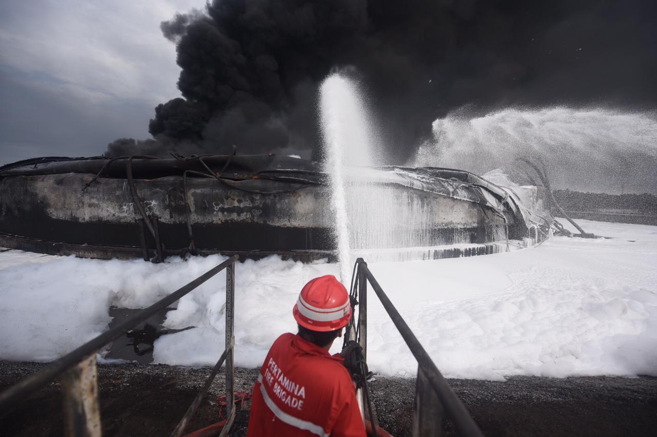 https: img.okezone.com content 2021 03 31 320 2387282 seluruh-titik-api-di-kilang-minyak-balongan-akhirnya-padam-9PspEudDT4.jpg