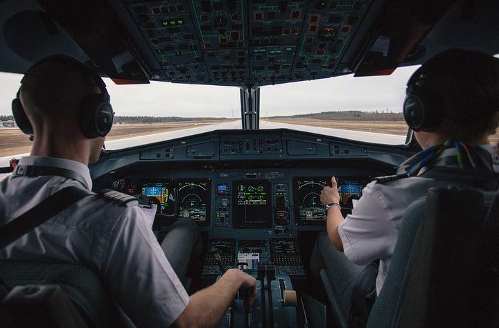 https: img.okezone.com content 2021 03 31 406 2386914 memalukan-pilot-ini-terekam-sibuk-mengumpat-saat-terbang-Ta4nDl9UGc.JPG