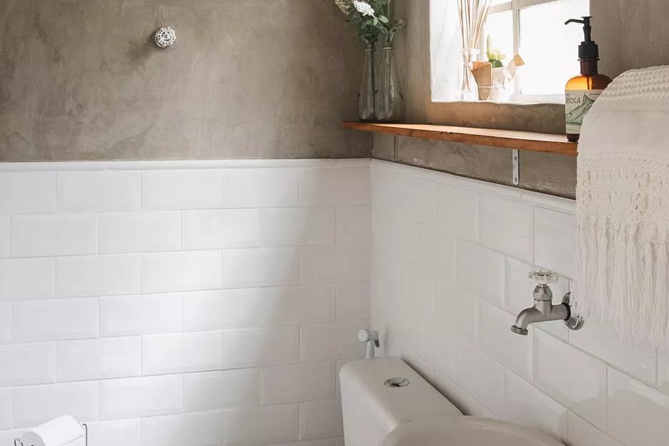 https: img.okezone.com content 2021 03 31 470 2387130 5-pilihan-dinding-kamar-mandi-terbaik-XEaSeW9amE.jpg