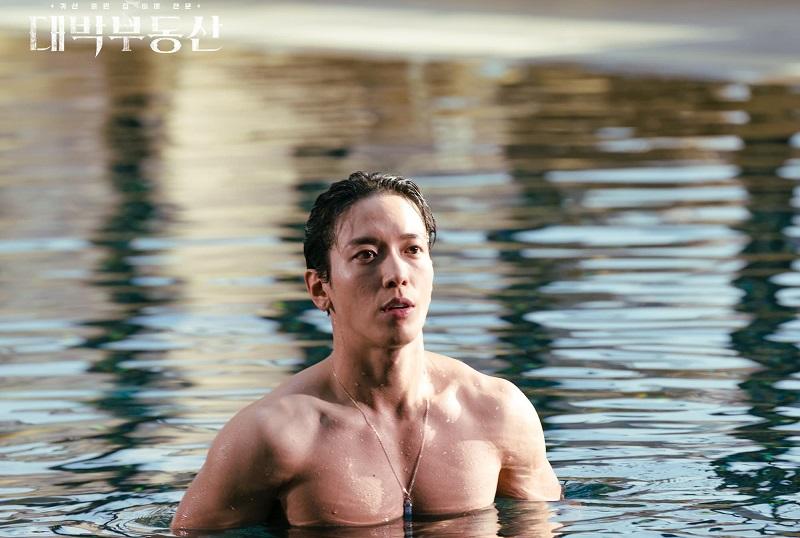 https: img.okezone.com content 2021 04 01 206 2388162 jung-yong-hwa-akui-malu-topless-di-kolam-renang-demi-daebak-real-estate-rS036hghQv.jpg