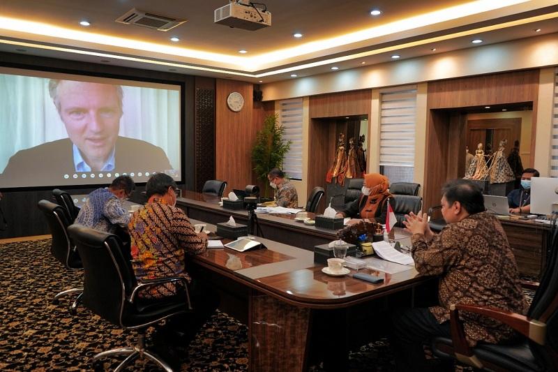 https: img.okezone.com content 2021 04 01 320 2387698 bicara-dengan-menteri-inggris-menko-airlangga-indonesia-di-garis-terdepan-terapkan-paris-agreement-mYCY7jO9wW.jpg