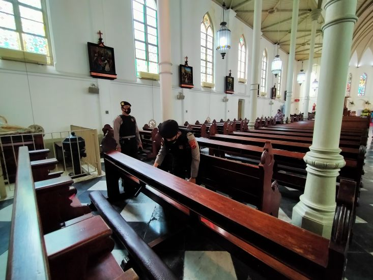 https: img.okezone.com content 2021 04 01 338 2388075 jelang-paskah-personel-gabungan-dikerahkan-amankan-gereja-di-kebayoran-baru-bmsAvzjwu6.jpg