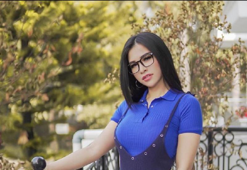 https: img.okezone.com content 2021 04 01 43 2388057 pose-tengkurap-seksi-mana-alica-schmidt-atau-maria-vania-XdiZqLI6sQ.jpg
