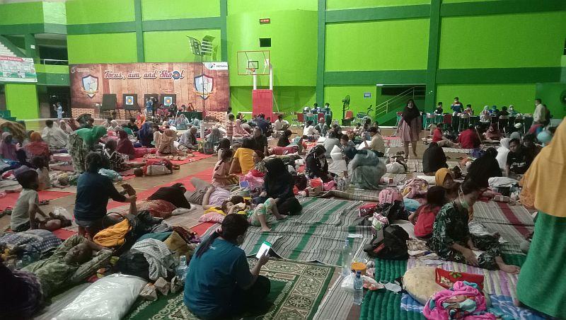 https: img.okezone.com content 2021 04 01 525 2388068 4-hari-di-pengungsian-korban-kebakaran-kilang-minyak-balongan-ingin-pulang-XwXjoIyQae.jpg