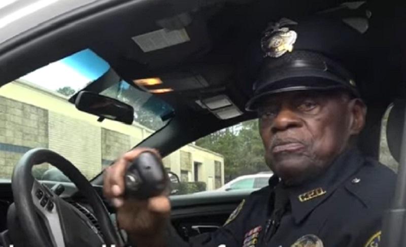 https: img.okezone.com content 2021 04 01 612 2388034 polisi-tertua-di-dunia-usianya-91-tahun-ogah-pensiun-Ie2EmtSsUu.jpg