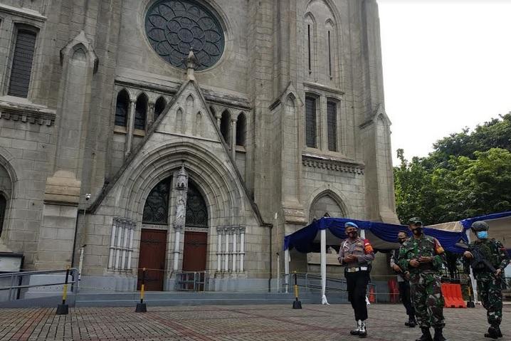 https: img.okezone.com content 2021 04 02 338 2388268 tim-jibom-gegana-polda-metro-sterilisasi-gereja-katedral-lL2Kq4SSrS.jpg
